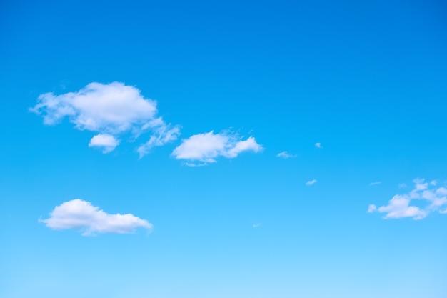 珍しい白い雲と青い空-自然な背景