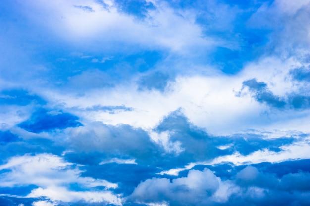 흩어진 구름과 푸른 하늘