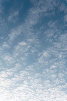 散在する白い雲と青い空