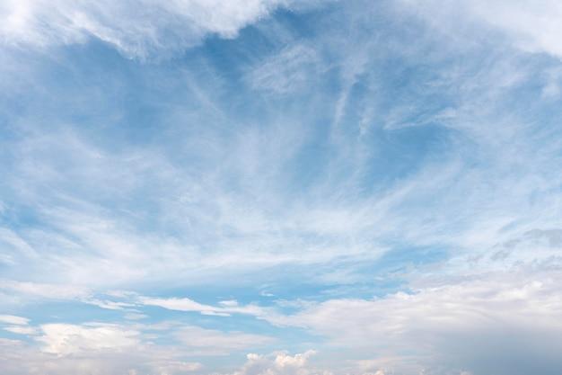 흩어져있는 흰 구름과 푸른 하늘