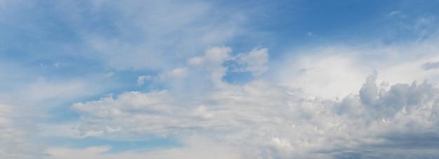 晴れた日の小さな積雲と青い空