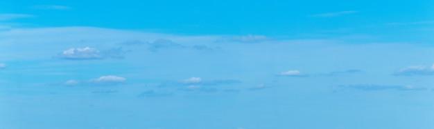 작은 빛과 어두운 구름이 있는 푸른 하늘