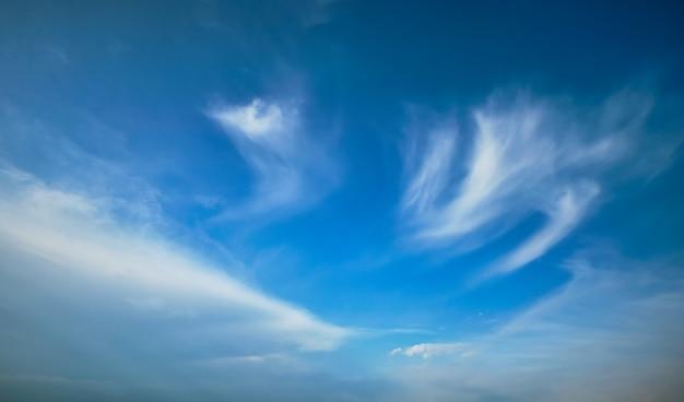 Голубое небо с перистыми облаками