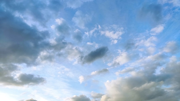 白と灰色の雲と青い空。ワイド16:9