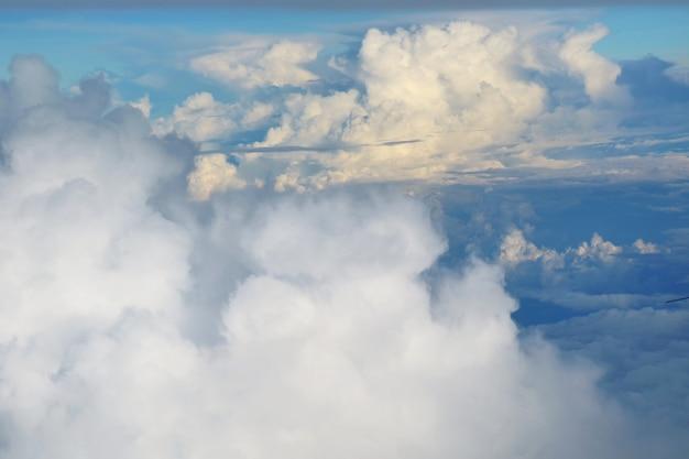 가 흰 구름과 푸른 하늘입니다. 비행기의 창에서 공중 볼 수 있습니다.