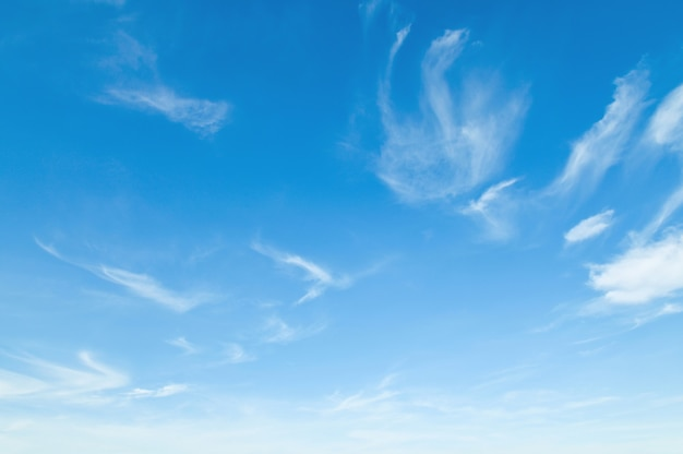 白い雲の自然風景と青い空