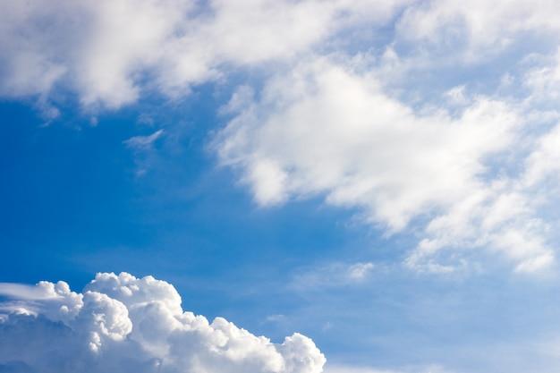 흰 구름과 태양 반사와 푸른 하늘