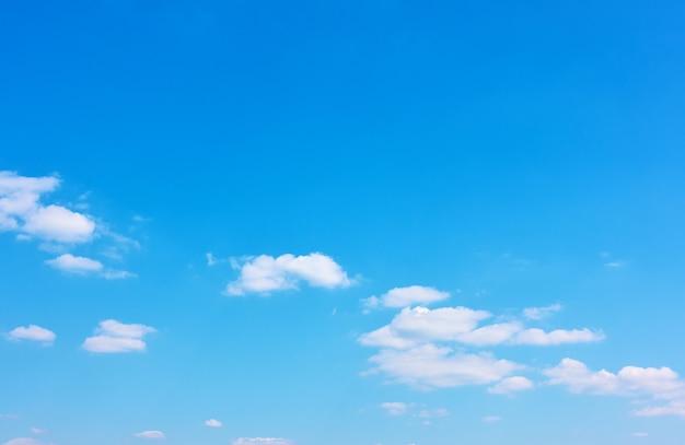 白い雲と青い空-あなた自身のテキストのための大きなスペースのある背景