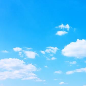 白い雲と青い空-あなた自身のテキストのためのスペースのある背景