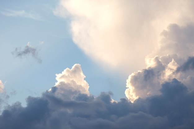 Голубое небо на фоне белых облаков