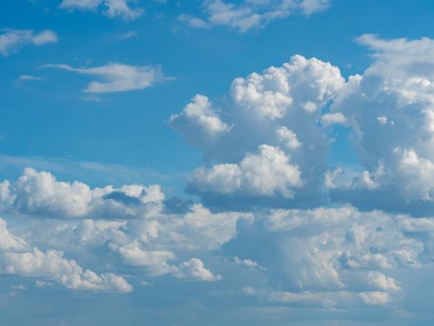 흰 구름 클로즈업과 푸른 하늘입니다. 질감, 템플릿