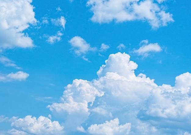 Голубое небо с белыми облаками на фоне природы