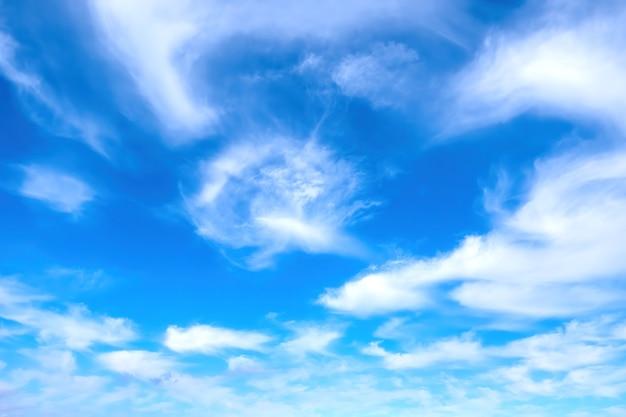 白い雲の自然の背景と青い空