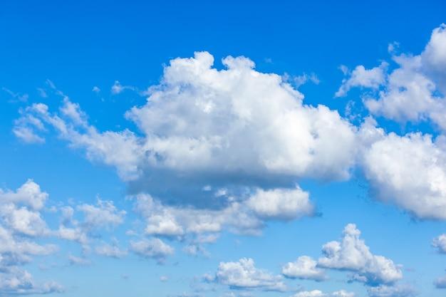 白い雲と青い空、自然の質感
