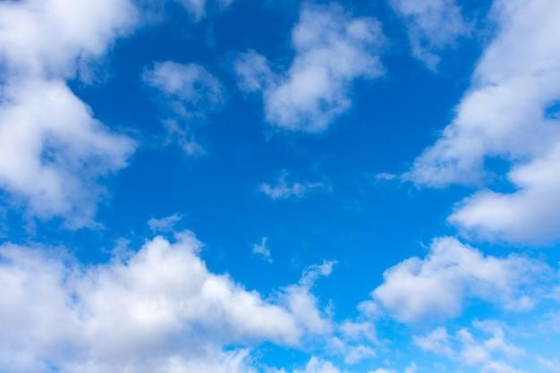 晴れた日に白い雲と青い空。自然な背景
