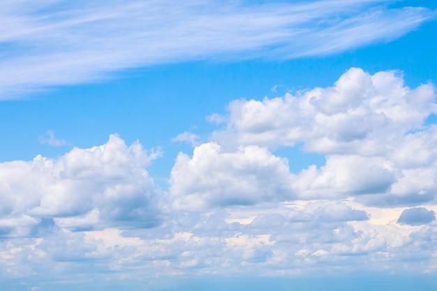晴れた晴れた日に白い雲と青い空。