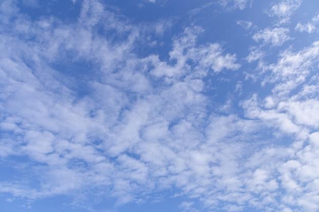 晴れた日に白い雲と青い空