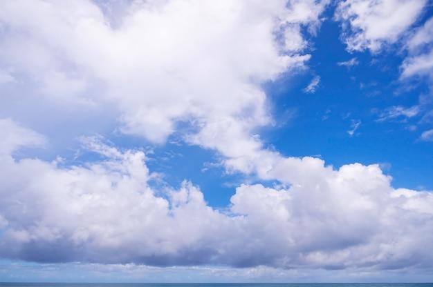 열 대 바다 위에 흰 구름과 푸른 하늘 자연 조성 아름 다운 구름 배경입니다.