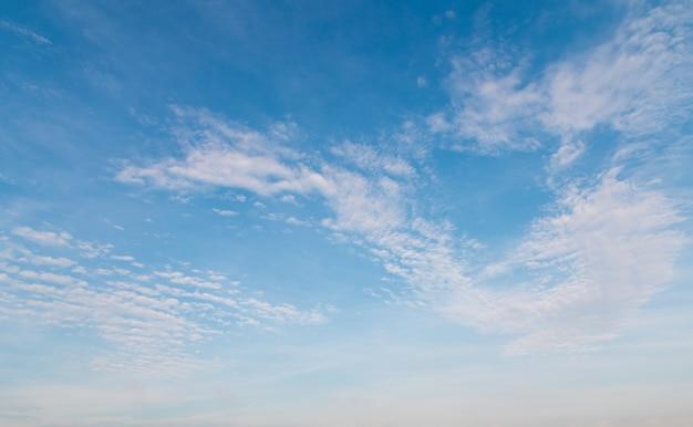 Голубое небо с белыми облаками