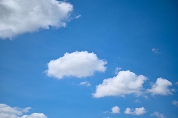 白い缶の背景と青い空。