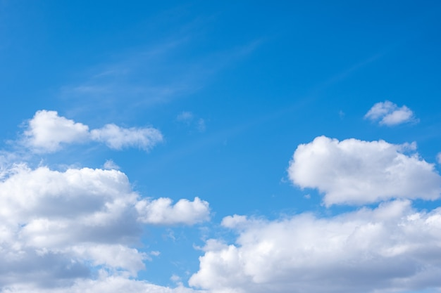 白い積雲と青い空、コピースペース。あなたの写真のための完璧な自然の空の背景。