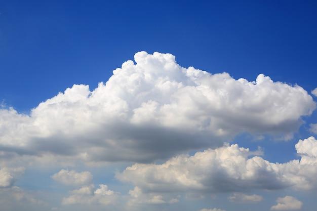 Голубое небо на фоне белых пушистых облаков