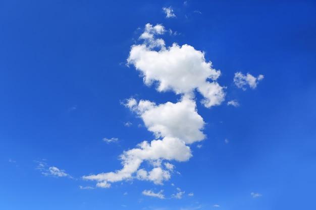 白いふわふわの雲の背景と青い空