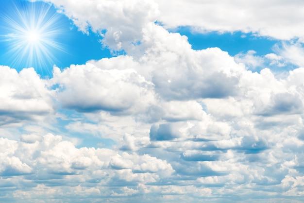 白いふわふわの雲と青い空。自然な背景