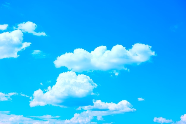 白い山の雲と青い空、背景として使用することができます