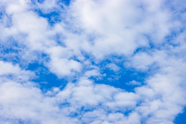 하얀 부드러운 구름과 푸른 하늘