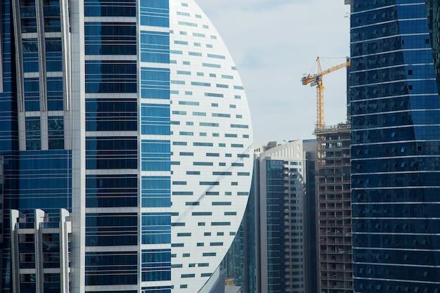 ドバイの青い超高層ビル