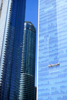 晴れた日の間にカナダのトロントで青い高層ビル