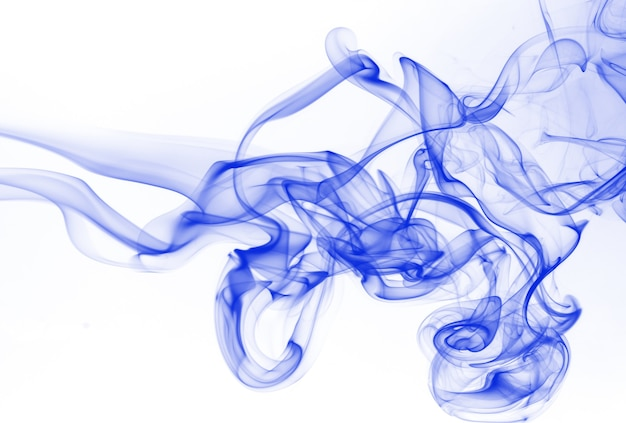 白い背景の上の青い煙の要約。インク水彩