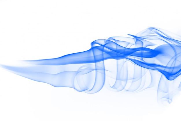 Синий абстрактный дым на белом фоне. чернила воды на белом