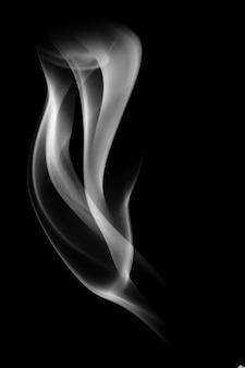 黒の背景に分離された青い煙。デザインのテンプレート