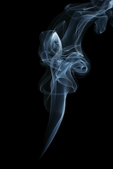 黒の背景に分離された青い煙。