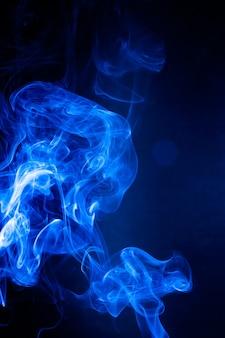 黒の背景に青い煙の動き。