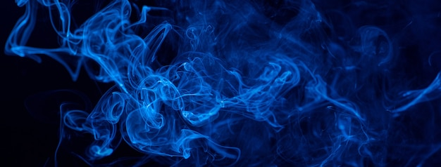 검은 배경에 푸른 연기
