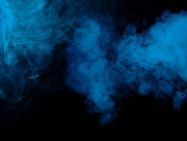 黒の背景に青い煙