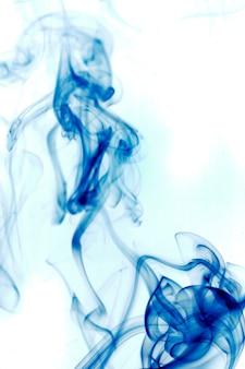 白い背景に青い煙。