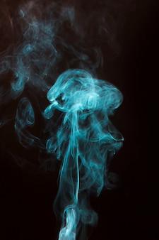 검은 배경에 푸른 연기 확산