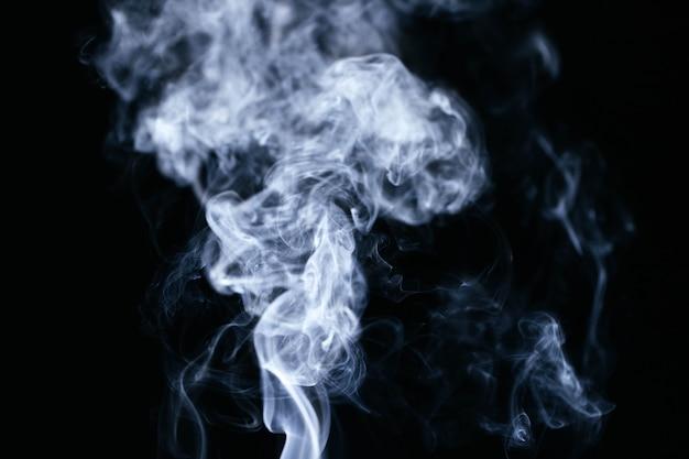Onde di fumo blu su sfondo nero