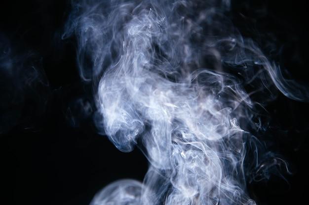 Синие волны дыма на черном фоне