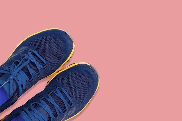 Синие кроссовки на розовом фоне
