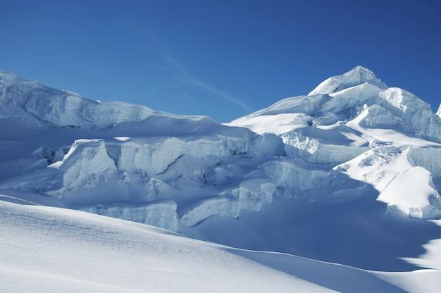Голубая снежная гора
