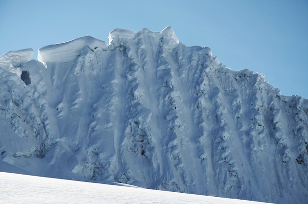 Голубой снежный хребет в высоких кордильерах
