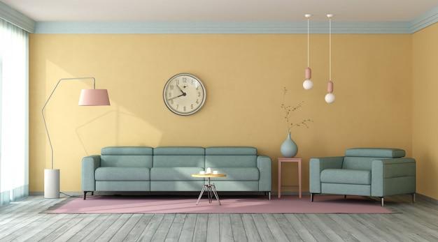 黄色の壁のあるリビングルームの青いソファとアームチェア
