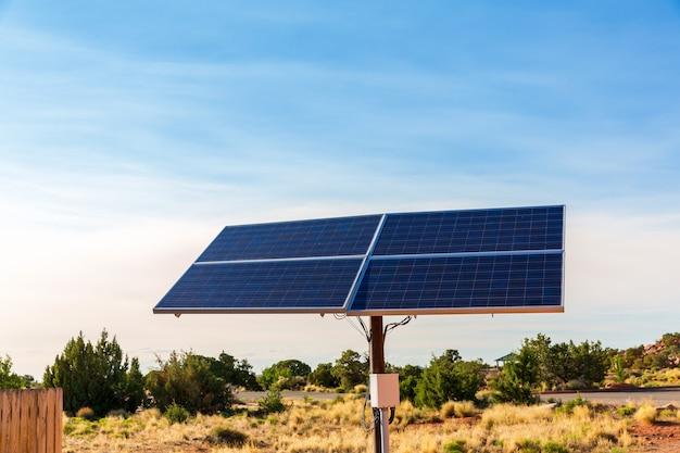 青い空を背景にした青いソーラーパネル。代替エネルギー技術
