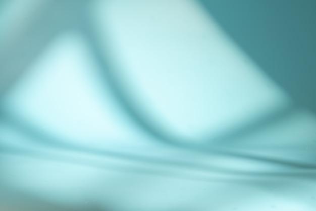 窓からの光と影の青い空間