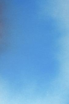 青い背景に青いスプレーペイント